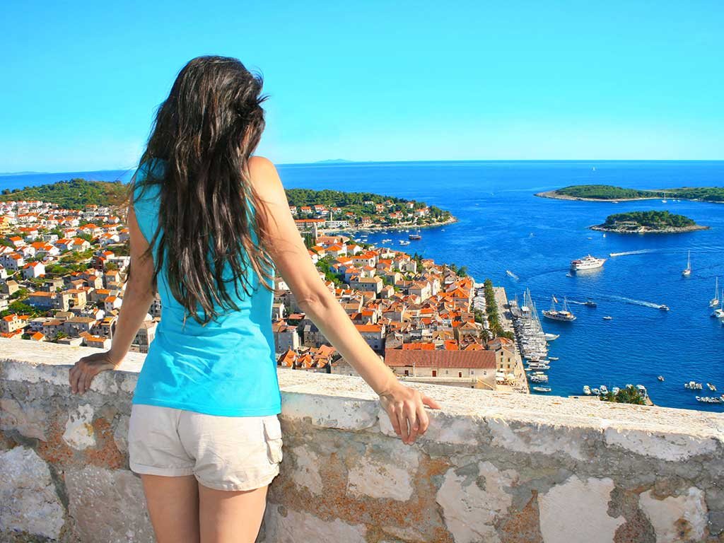 Jeune femme observant la baie de Dubrovnik