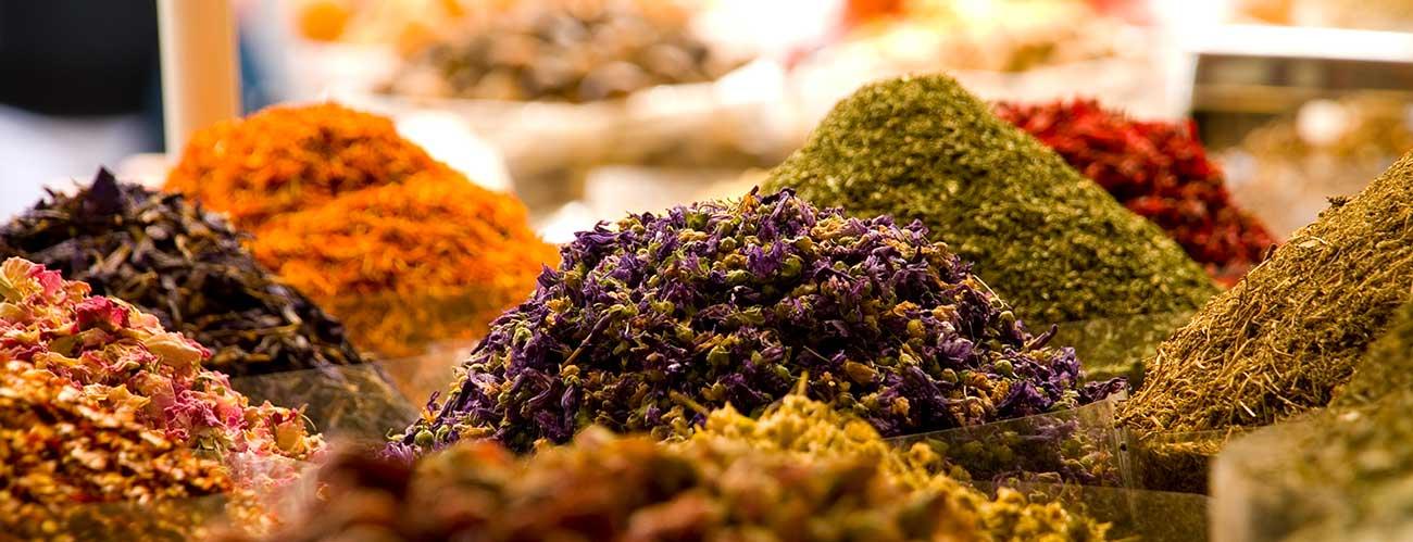 Épices sur un marché au Moyen-Orient