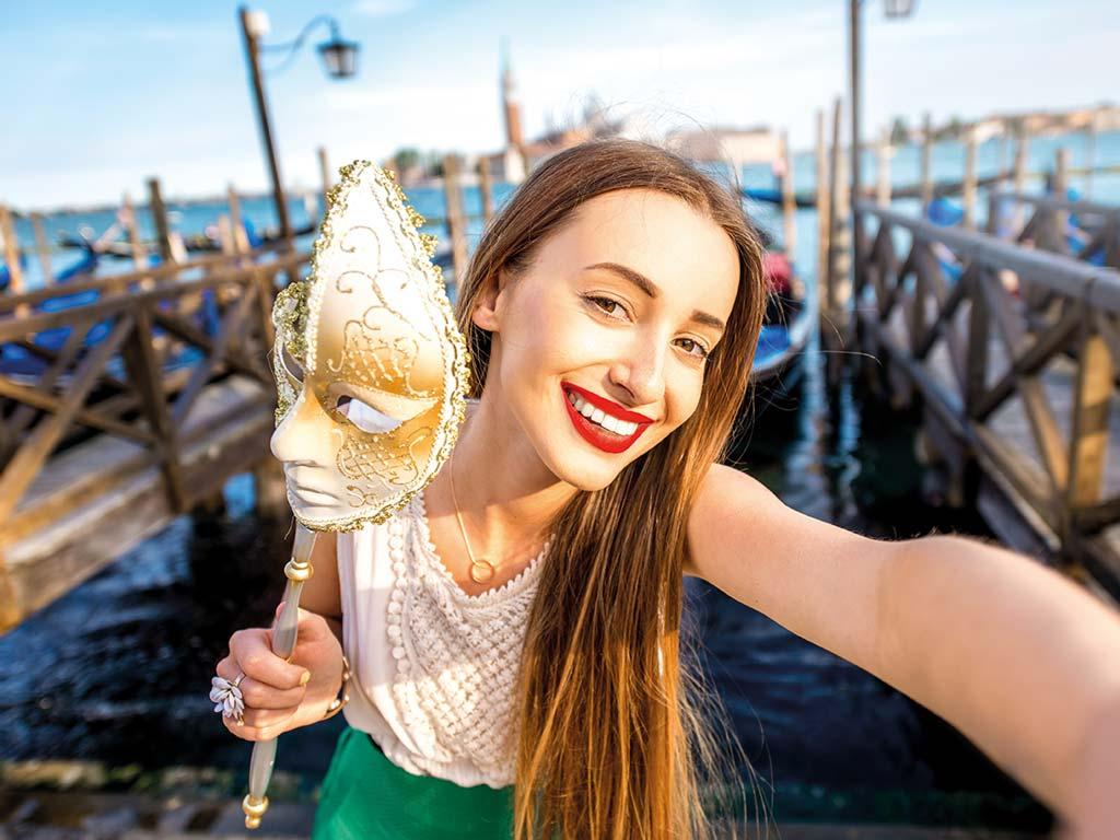 Femme profitant du carnaval de Venise