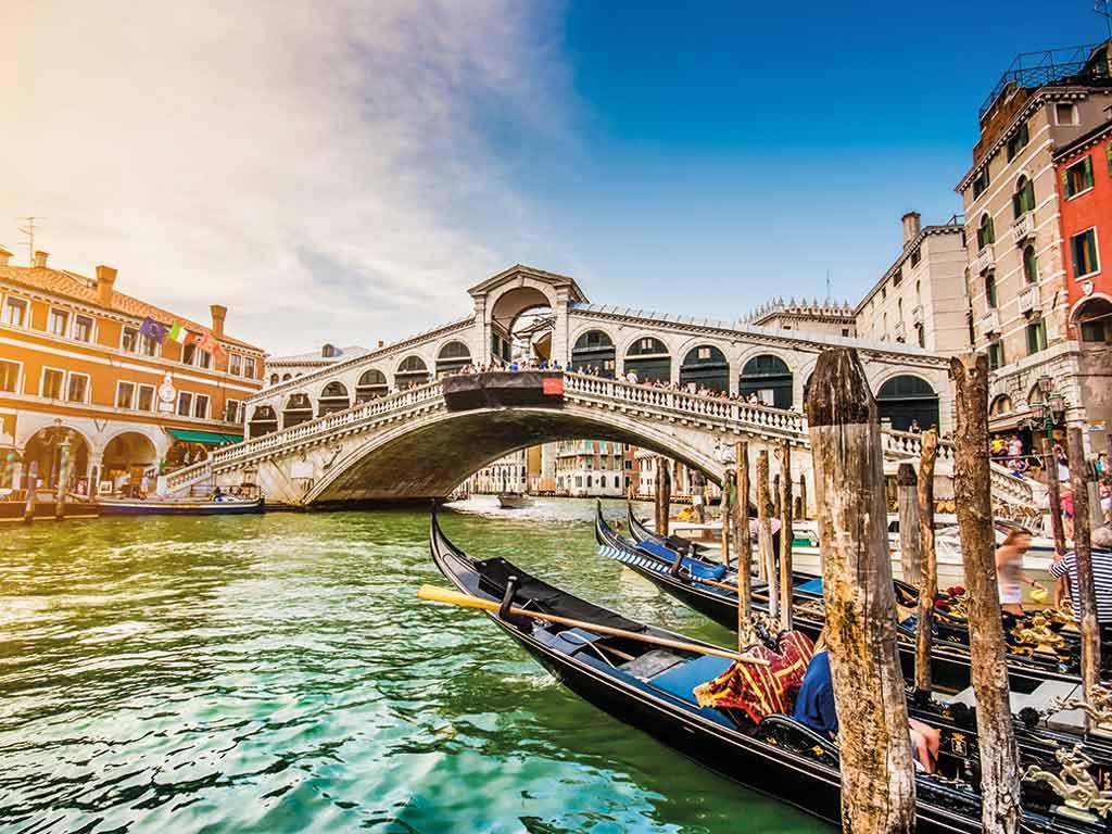 Bateaux sur canaux à Venise